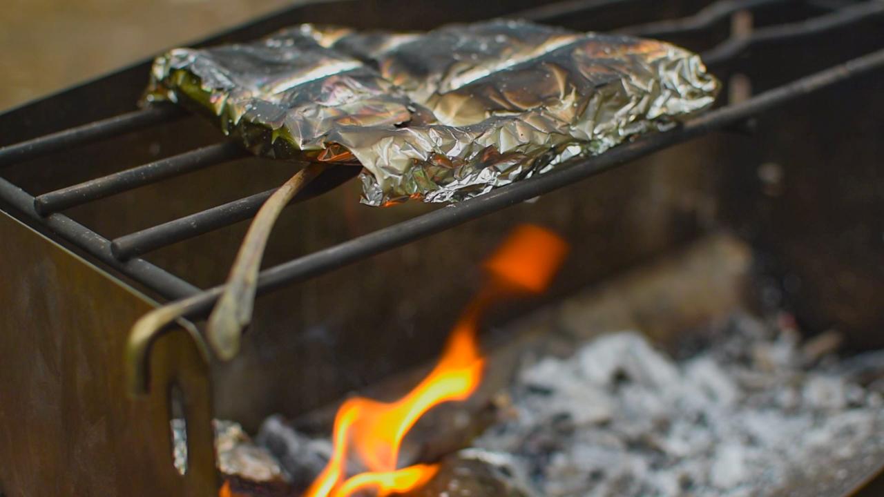 薪グリルでホイル焼き